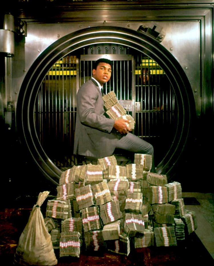 1.-Muhammad-Ali-with-his-winnings-in-1964..jpg