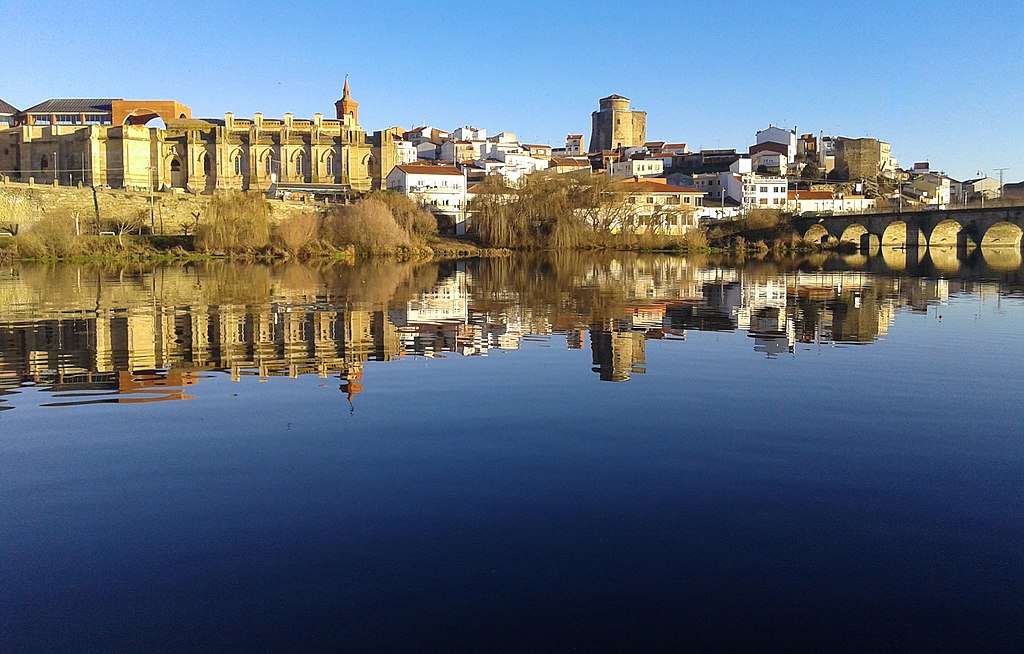 1024px-Al_borde_del_río_(16413883255).jpg
