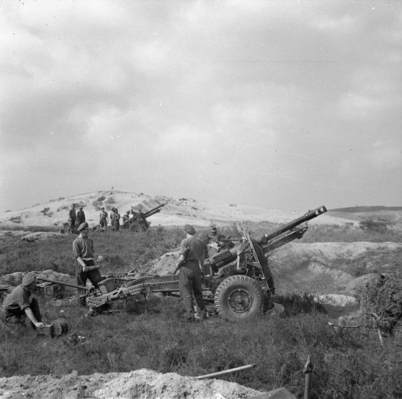 25-pdrs_firing_in_support_of_Guards_Armoured_Division.jpg