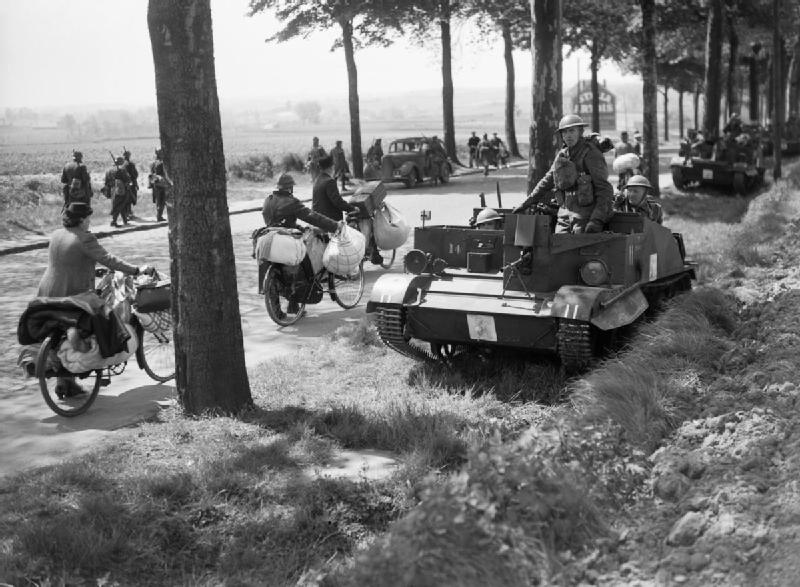 Une faucille émoussée Bren_gun_carriers_pass_belgian_refugees_on_the_brussels-louvain_road-_12_may_1940-_f4405-jpg