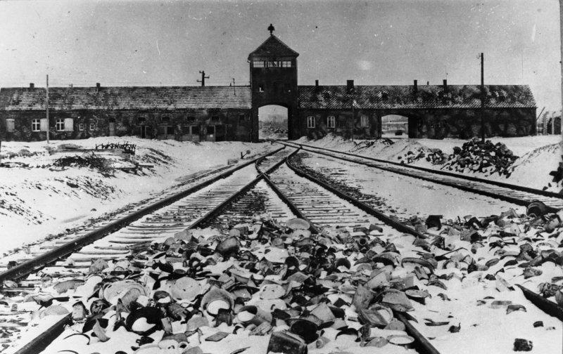 Bundesarchiv_B_285_Bild-04413,_KZ_Auschwitz,_Einfahrt.jpg