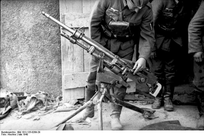 Bundesarchiv_Bild_101I-125-0289-29,_Frankreich,_Soldat_(frz.-)_MG_untersuchend.jpg