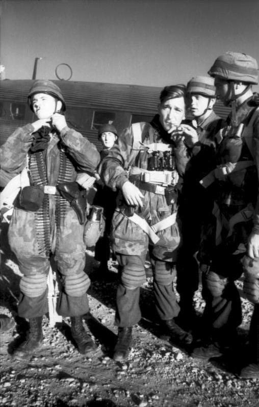 Bundesarchiv_Bild_101I-527-2348-21,_Kreta,_Fallschirmjäger_vor_Start_mit_Ju_52.jpg