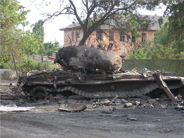 Burned_Georgian_T-72_tank_in_Tskhinvali.jpg