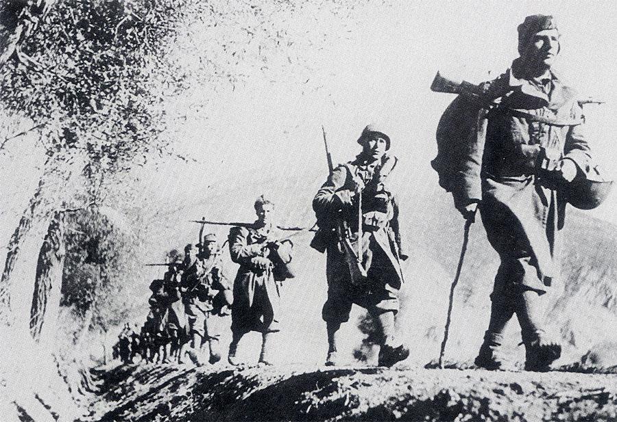 Italian-infantrymen-from-Albania-into-Greece-1941-01.jpg