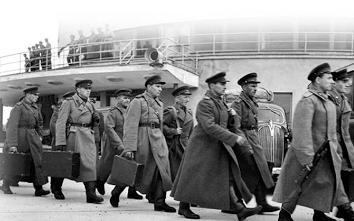 Neuvostoupseerit saapuvat Helsinkiin.png