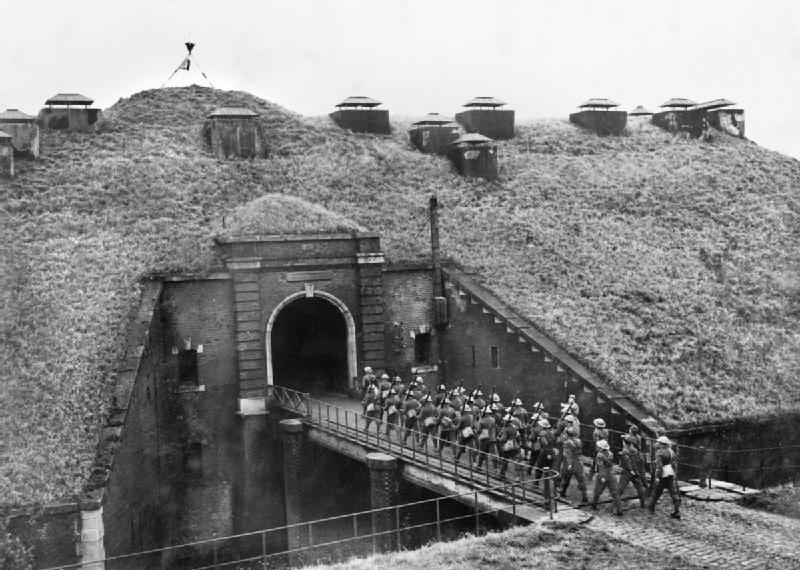Troops_of_51st_Highland_Division_march_over_a_drawbridge_into_Fort_de_Sainghain_on_the_Maginot...jpg