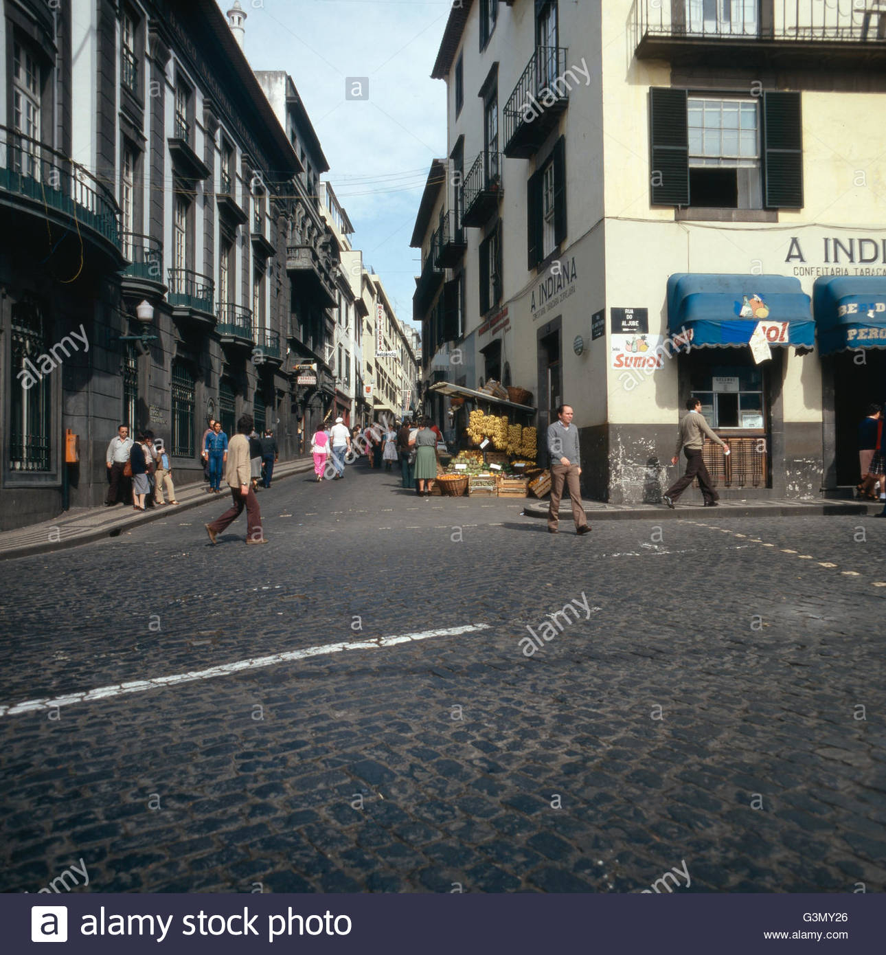 unterwegs-in-den-strassen-von-funchal-madeira-portugal-1980-en-el-camino-en-las-calles-de-func...jpg