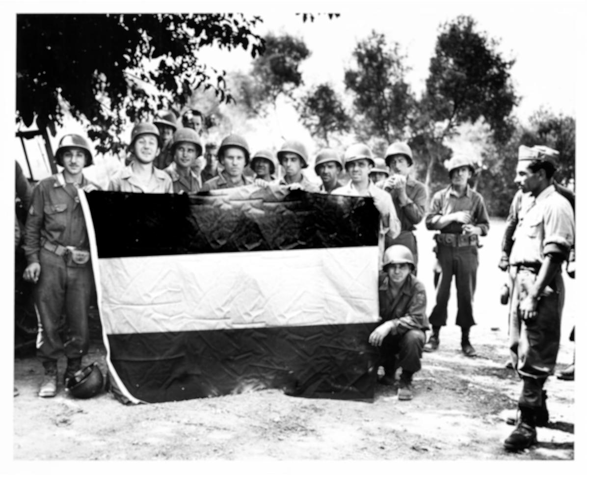 US-Soldiers-with-GermanFlag.jpg
